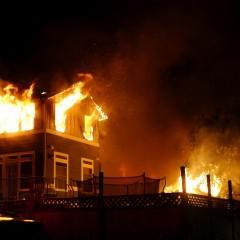 Pisarz wbiegł do płonącego budynku, by ratować laptopa